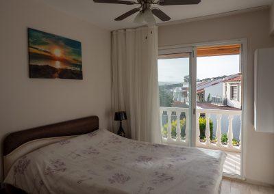 Kleines Schlafzimmer mit Balkon zur Frontseite